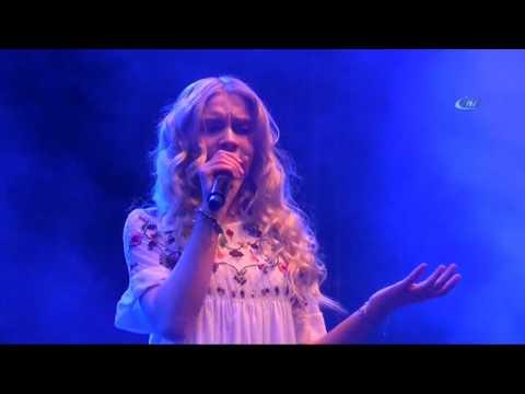 Aleyna Tilki İlk Halk Konserini Verdi