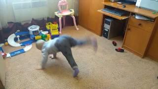 Влог: Наша жизнь! Максимилиан танцует под песню Между нами тает лед!