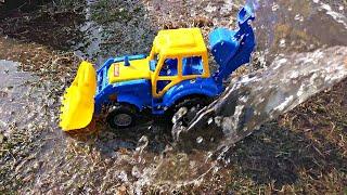 Купили новый Синий трактор и Весело играем с трактором в большой песочнице
