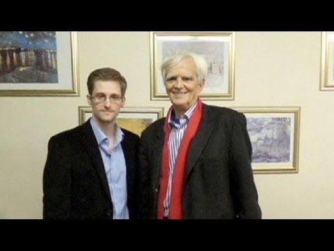 Edward Snowden reçoit la visite d'un député allemand à Moscou