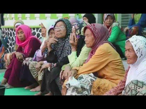 Elderly Muslims learn about Islam in Indonesian boarding school
