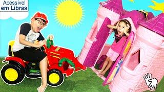 👋🏻 LIBRAS 👋 Valentina Pontes finge brincar com casas de brinquedos