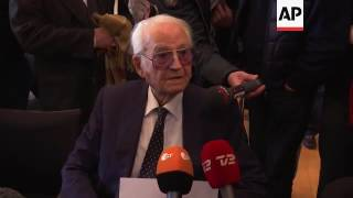 Former SS Auschwitz guard apologises at trial