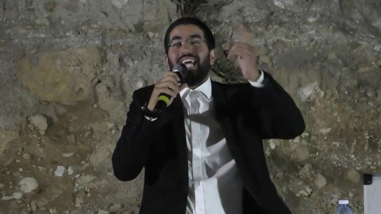 הרב שניר גואטה  שיעור בקיסריה  בקבר רבי אבהו