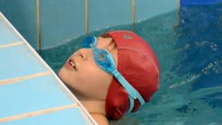 Как научить ребенка плавать? Плавание. Брасс. Уроки для детей. Бассейн МИЭТ(Как научить ребенка плавать? Давайте смотреть вместе. Плавание для детей. Изучаем технику плавания брассом...., 2015-11-02T06:40:59.000Z)