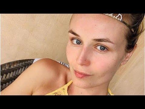 Полина Гагарина в бикини сделала забавное фото на пляже в Дубае