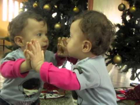 Bebe se mira al espejo youtube for Espejo reposacabezas bebe