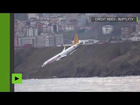 Un avion turc suspendu à quelques mètres de la mer après un atterrissage raté