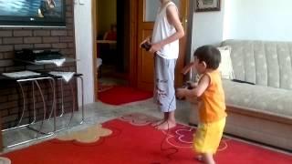 PS3 OYNARKEN YERE DÜŞEN ÇOCUK ÇOOOOK KOMİK .