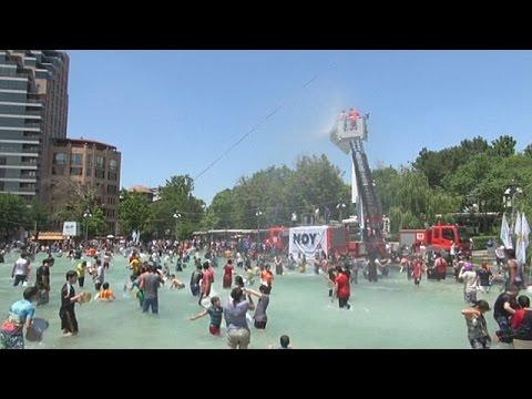 Армяне обливают друг друга водой в честь праздника Валдавар (новости)