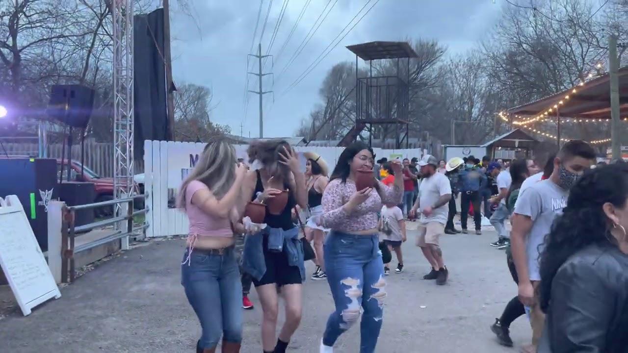 A bailar La burra orejona 🕺💃Que baile Lupita!! Así se baila en Austin Texas con Grupo Preztigio!