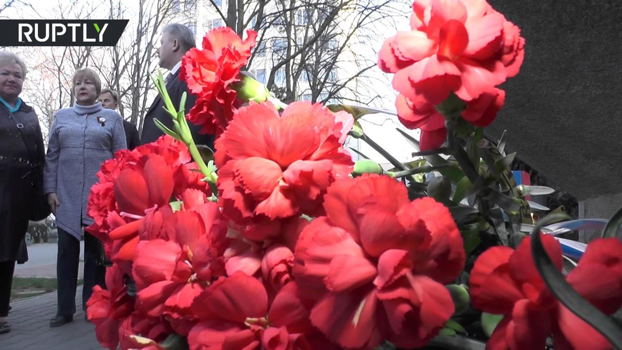 В Севастополе люди несут цветы к стеле города-героя Ленинграда