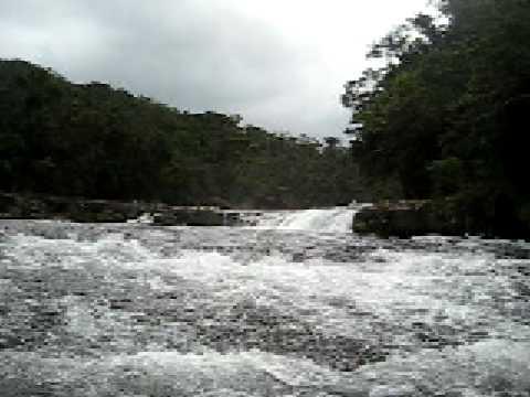 雨上がりのカンピレーの滝は激流