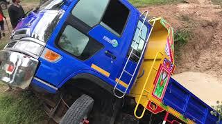 นาทีสุดระทึก กู้รถดั๊มตกสระ เทธรรมดาโลกไม่จำ  Cat 320 ngh save dump truck from accident