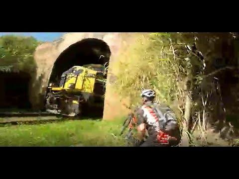 Ciclistas quase são atropelados por trem em tunel