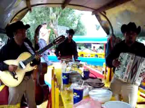 danse sur une barque de Xochimilco (Mexico)