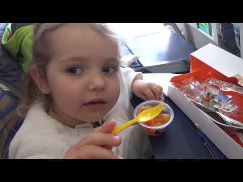 Катя и её загадочные подарочки в самолете