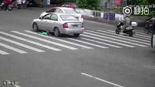 NGERI..!!!! bayi jatuh dari becak, nyaris hancur terlindas mobil