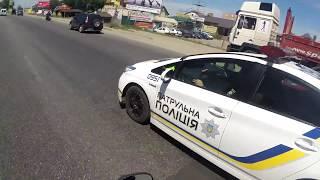 Патрульная полиция Киева проезжает на красный сигнал светофора. Подробности в описании.