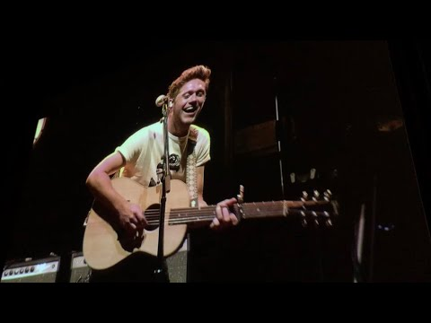 NIALL HORAN LAUGHS AT CROWD'S SINGING DURING FOOL'S GOLD | AUBURN, WA