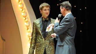 Вручение награды из Госдумы свадебному ведущему Роману Акимову.