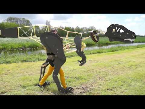 Un disfraz mecánico de velociraptor hecho en casa y con movimientos sumamente realistas