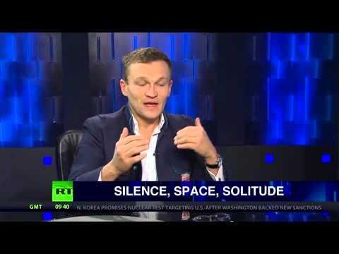 Sylvain Tesson avec une montre Raketa sur TV russe (en Anglais)