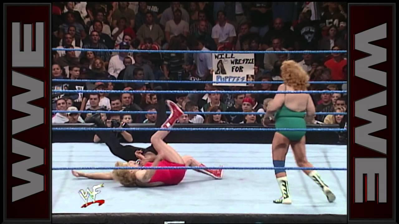 Mae Young vs. Fabulous Moolah - WWE Women's Championship Match: SmackDown,  Oct. 21, 1999 - YouTube
