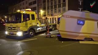 Spektakulärer Unfall mit vier Verletzten – Holländisches Wohnwagengespann crasht mit Gegenverkehr