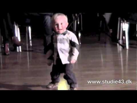 Видео ребенок танцует