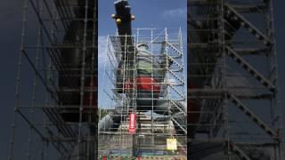 2016年鉄人28号は、ペンキ塗り替えの為足場を組んでいる様子である。