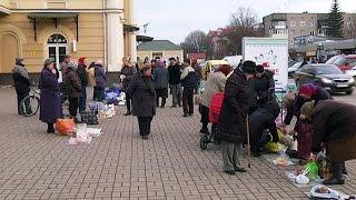 """Центр Коломиї від """"стихійки"""" очистили, а біля залізничного вокзалу - базар на тротуарі"""