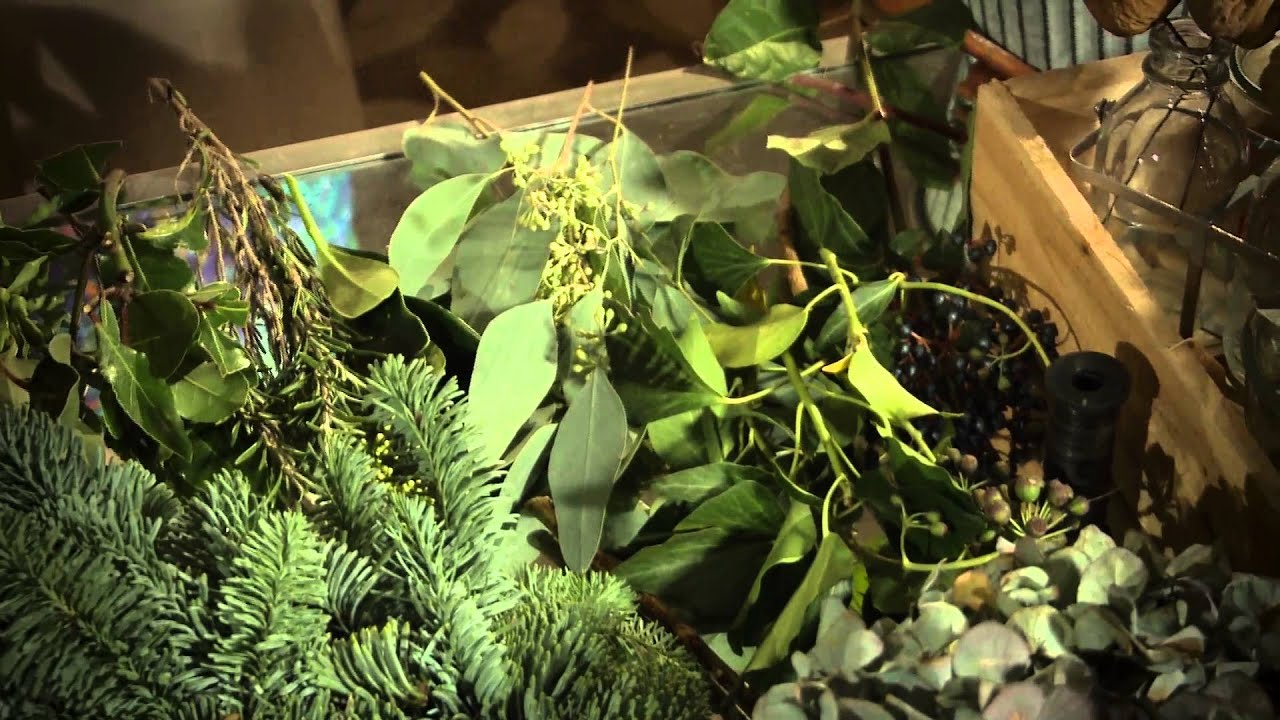 ruth monahan shows how to make the perfect christmas wreath for mistletoe imag youtube. Black Bedroom Furniture Sets. Home Design Ideas