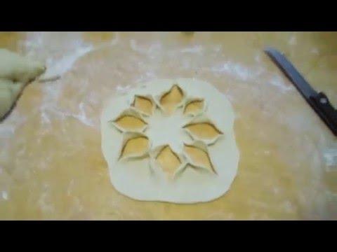 Тесто на треугольники  и делаем розы из теста.