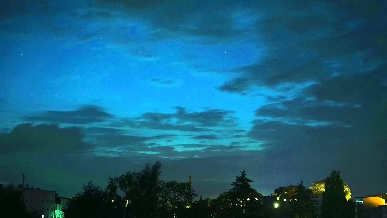 Download Hinterhof in Schwerin, Nacht vom 23. zum 24. Juni 2015, Wolken und Sterne