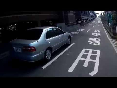 汽車闖入台北橋機車專用道
