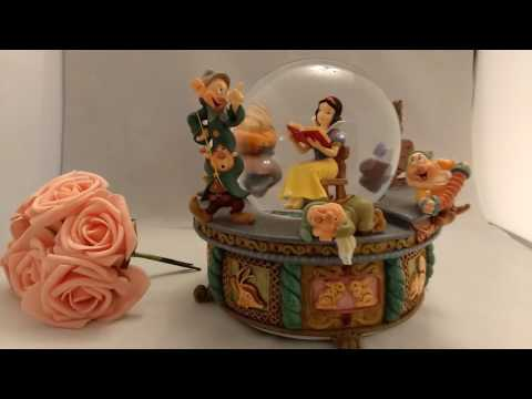 Snow White and the Seven Dwarfs Musical Water Snow Globe