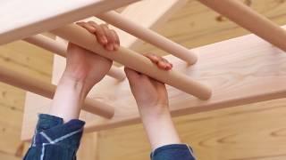 木育工房のうんていで遊ぶ子供たち