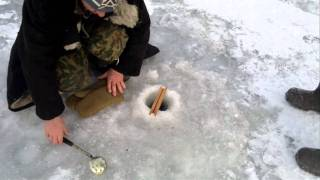 прикол на зимней рыбалке!!!(, 2012-01-27T18:14:32.000Z)