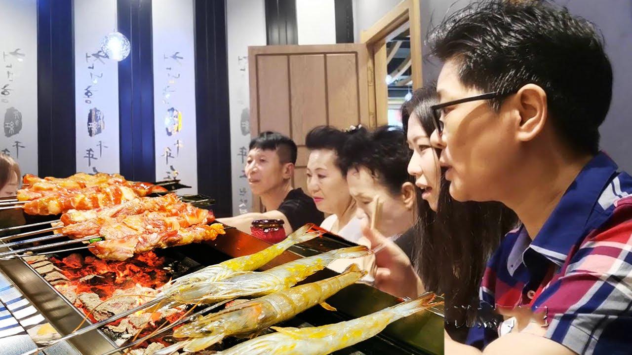 九九请妞妞家人吃烧烤,海鲜,肉类全都有,大家开心就值了【湘西九九美食】