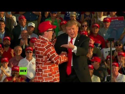 Trump invita al escenario a un hombre vestido de muro humano