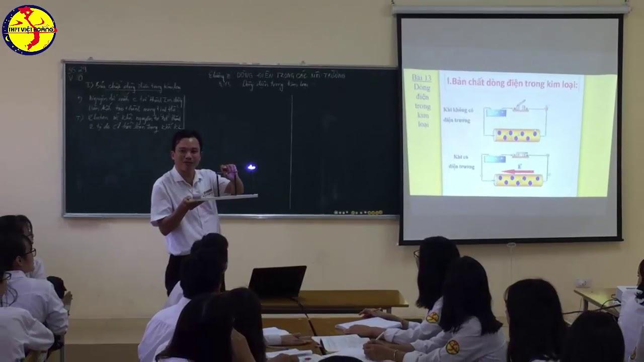 """THPT Việt Hoàng,  thầy Hữu Hà giáo viên môn Vật lý, đang giảng về """" Dòng điện trong các môi trường """""""