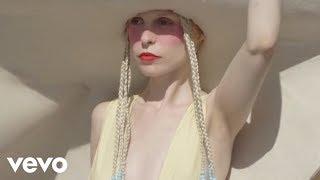 Смотреть клип Petite Meller - Baby Love