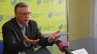 Анатолій Гриценко дає прес-конефренцію в Ужгородському прес-клубі