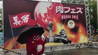肉フェスOSAKA2017 ドラムスティックの代わりに傘を持つにゃんごさん 雨...