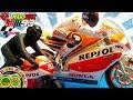 Carrera de motos de juguete para niños Marc Marquez MotoGP y mini moto junior, circuito con saltos.