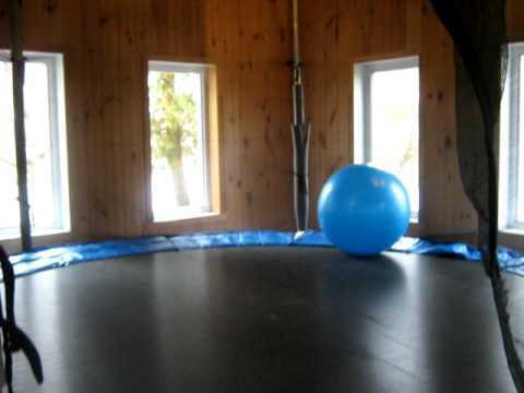 Chalet vice roi trampoline int rieur chauff e youtube for Trampoline interieur