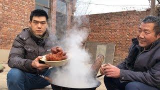 64块钱买了4个大猪蹄,老爸最爱吃这口,卤好后烤出来味儿不赖