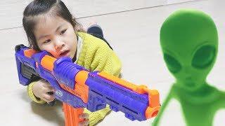 외계인을 날릴수 있는 새총이 있어요!! 서은이의 신기한 공룡 외계인 새총 너프 뽀로로 활 Alien Slime Gun for Kids with Pororo Bow
