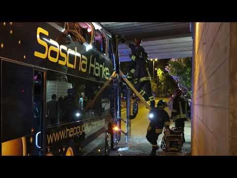 RIMINI: Pullman di tedeschi si incastra nel sottopasso, feriti tre ragazzi | VIDEO